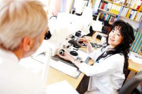 Patologene ser på tynne snitt fra svulsten. Kilde: http://utdanning.no/yrker/beskrivelse/patolog. Foto: Morten Rakke Photography, for Sykehuset i Vestfold